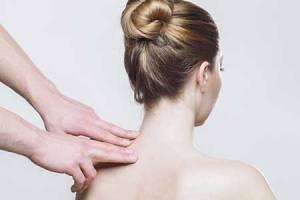 acupression-shiatsu-acupuncture-soulager-douleurs-tensions-inflammation-nuque-cervicales-cou
